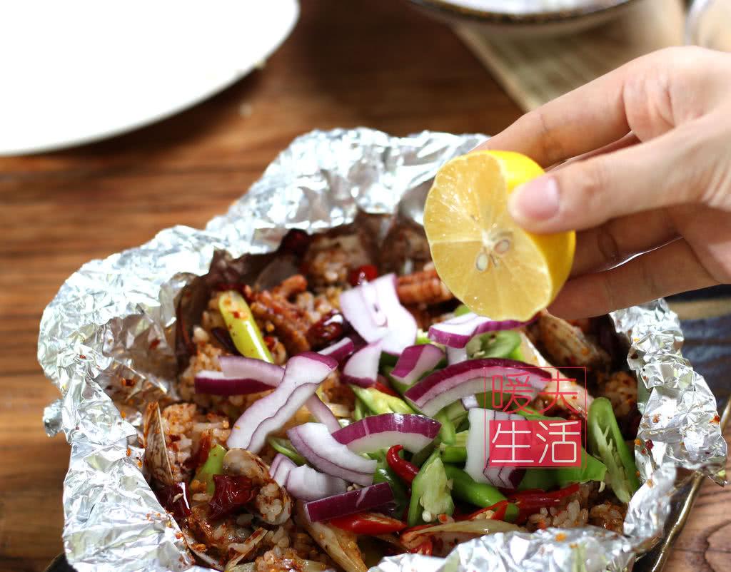 打开锡纸,撒上洋葱,挤一点柠檬汁,搅拌后开吃邢台有甲鱼馆图片