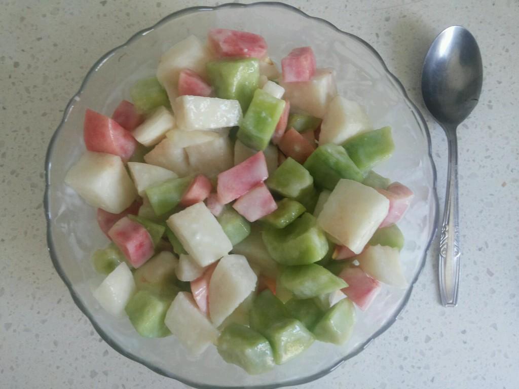 健康水果沙拉的做法步骤 1. 把水果洗净切小块