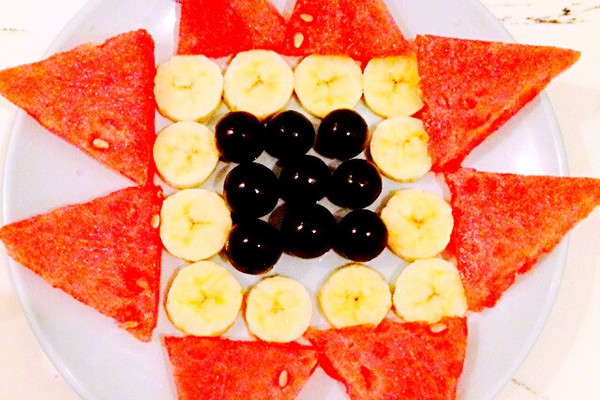 主料 葡萄9颗 香蕉一根 西瓜一块 黄瓜一根 简单水果拼盘的做法