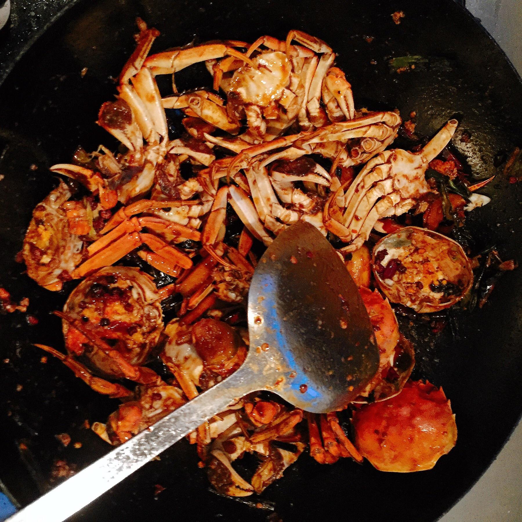 再翻炒两种豆瓣酱放入一分钟放入大火改火锅再翻炒几下放入螃蟹底三门视频青蟹做法图片