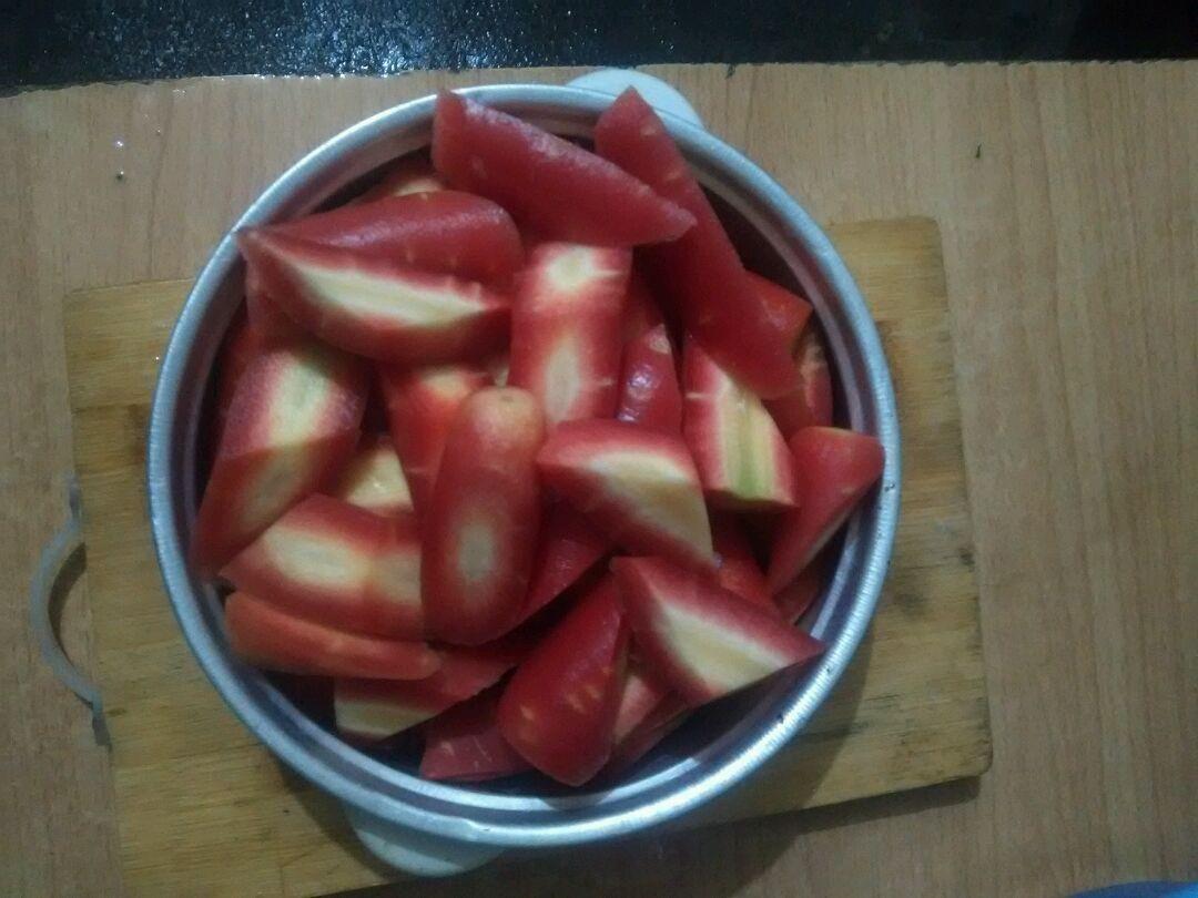 胡萝卜蹄花汤的做法步骤 2. 水烧开,把猪蹄过一下水. 3.