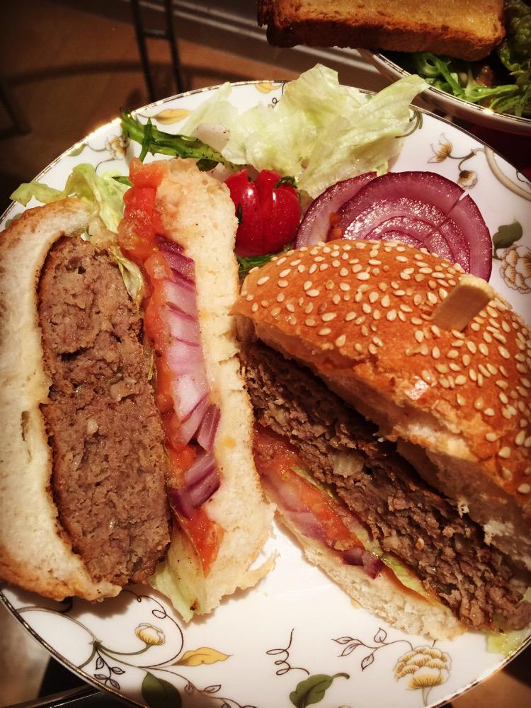 盐 黑胡椒 酱油 白葡萄酒货或料酒 橄榄油 美式牛肉汉堡的做法步骤 1.