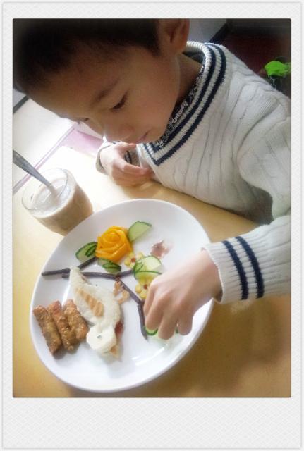 土司切成小鸟的形状,土司边切成翅膀和嘴巴,内夹草莓酱和香肠