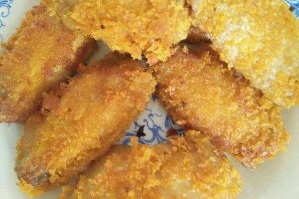 鸡翅中7只 面包糠 酱油 白糖 味精 生粉 鸡蛋1个 蚝油1勺 生姜 油炸鸡