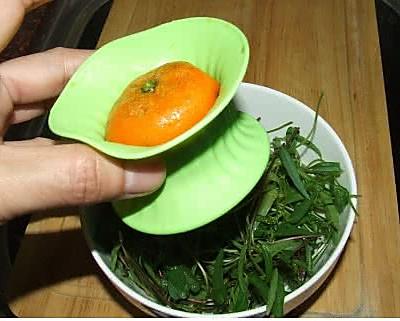 把橘子的切面塞进榨汁器