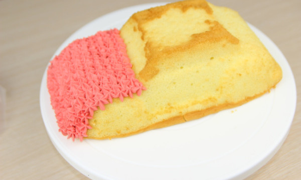 孩子对生日,总是充满着各种幻想,期待爸爸妈妈做的什么好吃的,期待和小朋友一起分享美味的蛋糕,期待小朋友送的小铅笔,小本子是不是自己喜欢的图案。。。当然最最关注的,还是生日蛋糕的造型啦,比如想要HELLOKITTY蛋糕,比如多啦A梦蛋糕,加菲猫蛋糕,等等。 还是老话,爸爸妈妈永远是孩子有求必应的那个人。今天教大家做的是一款小汽车造型的蛋糕,适合家里有男宝的妈妈学习哦。