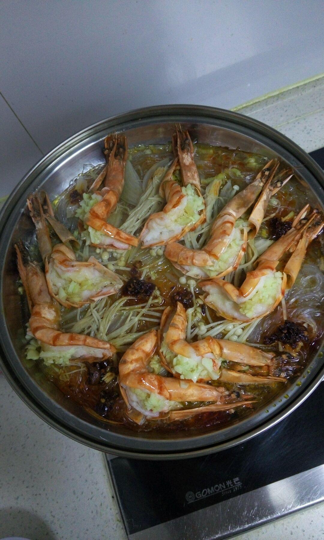 蒜8瓣 干松茸2个 蒜蓉粉丝蒸大虾的做法步骤 2,粉丝泡发,金针菇洗净图片