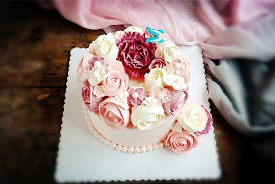 主料 奶油霜200克 玫瑰花嘴一个 圆形花嘴一个 美腻的韩式裱花
