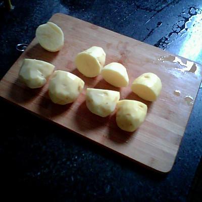 首先,给土豆削皮!然后一分为二