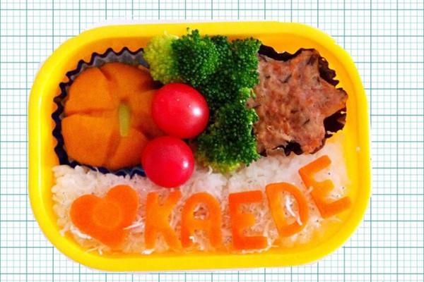 米饭煮的要软一些,尽量减少小孩子的胃部负担,煮的时候加少许盐会更香