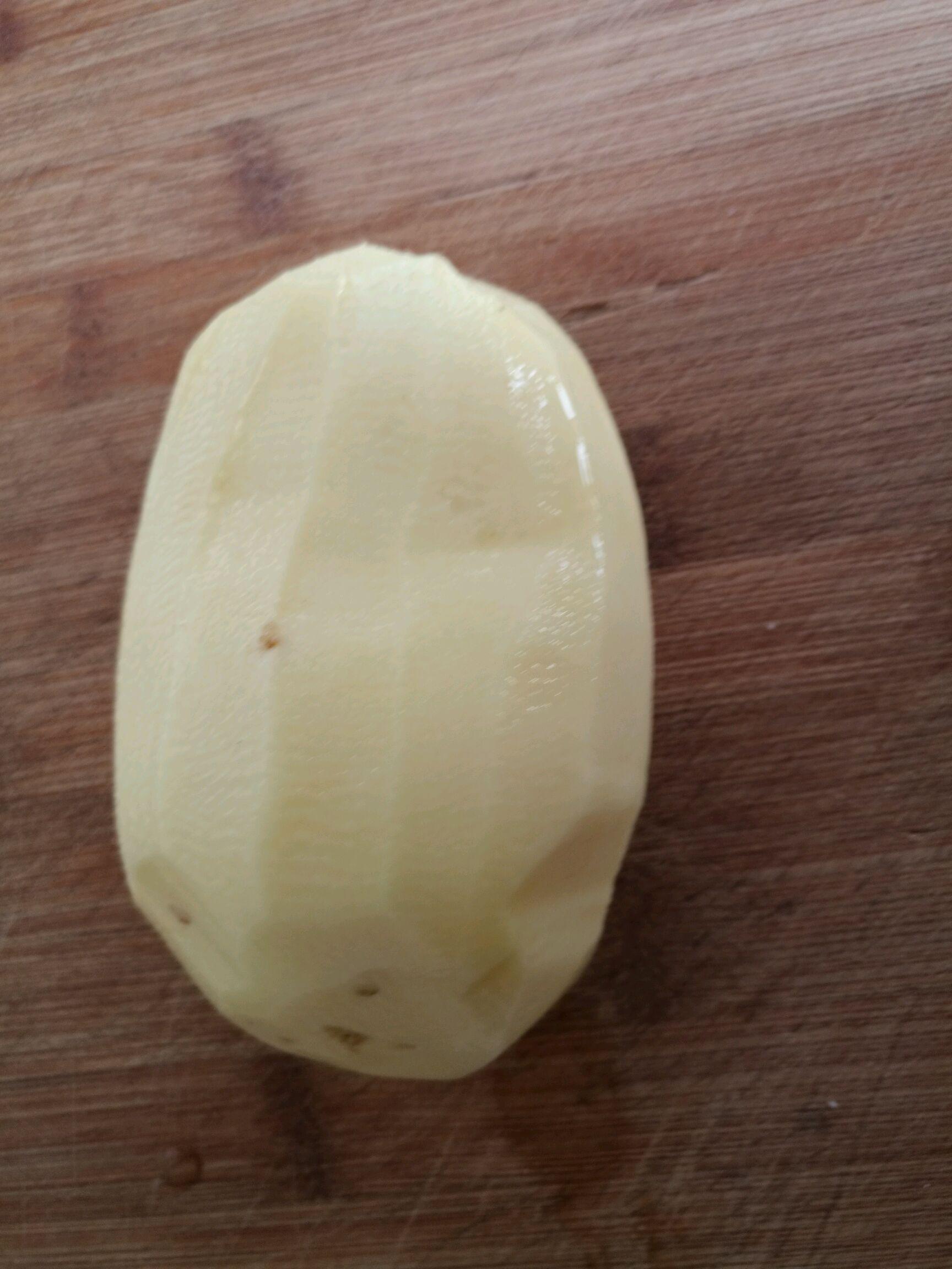 准备一个土豆削皮.