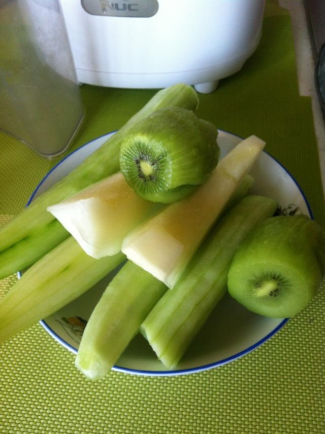 猕猴桃黄瓜香瓜汁的做法步骤