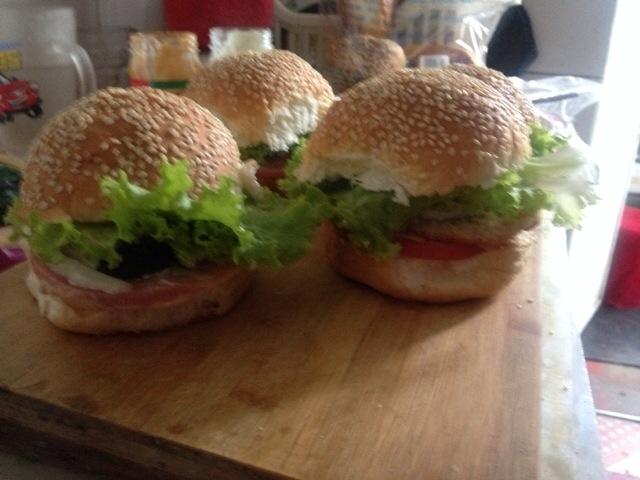 主料 鸡排4个 4片 面包4个 千岛酱 4片 鸡排汉堡(香肠)的做法步骤