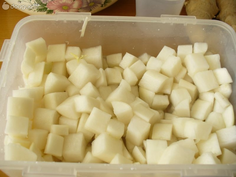 把白萝卜切块,用盐水杀一下